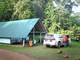 Een slaaphut in het Brownsberg kamp.
