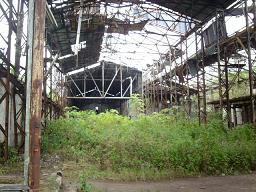 De vervallen productiehal van plantage Mariënburg.