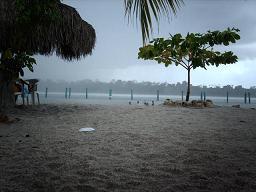 Een regenbui op White Beach.