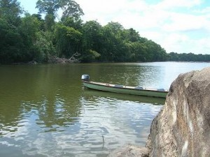 Een korjaal op de Surinamerivier